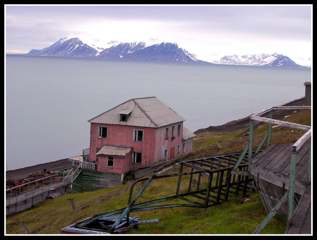 Abandoned house on Barentsberg - Travelling the Arctic